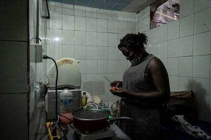 Mariane prepara la comida para su familia en un inmueble de la Ciudad de México.