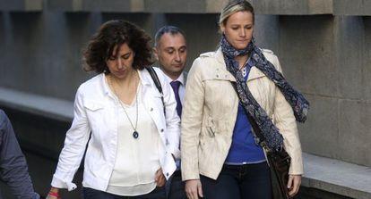 Zaida Cantera, su marido e Irene Lozano a la salida del Congreso.