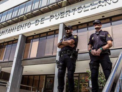 Policías custodian el Ayuntamiento de Puertollano durante el registro.