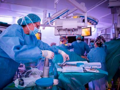 Intervención quirúrgica en el Hospital Clínic de Barcelona