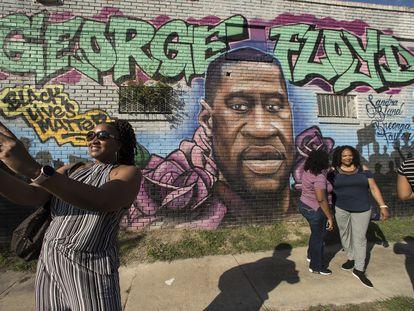 Mural en recuerdo de George Floyd, asesinado por un policía el año pasado, en una calle de Minneapolis.