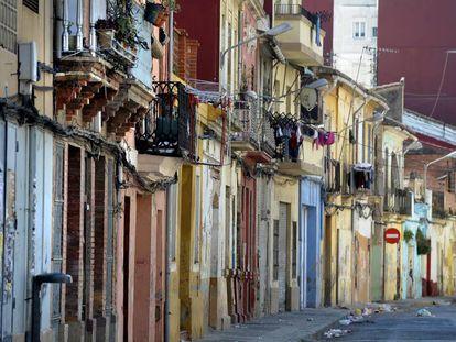 La calle de los Ángeles, una de las más degradadas del barrio del Cabanyal.
