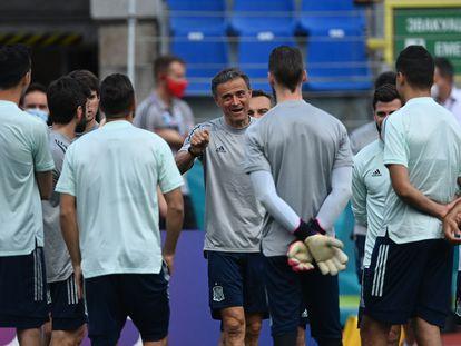 Luis Enrique habla con sus jugadores en el entrenamiento de este jueves en San Petersburgo