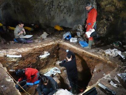Excavaciones en la galería de las Estatuas, en el yacimiento de Atapuerca (Burgos).