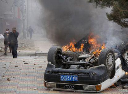 Un coche en llamas tras las protestas violentas que se han producido hoy Lhasha, Tíbet.
