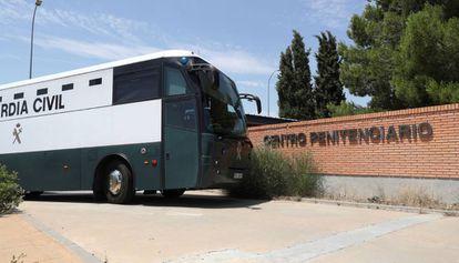 Autobús de la Guardia Civil, en el exterior de la cárcel de Zuera (zaragoza).