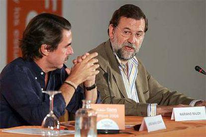 José María Aznar y Mariano Rajoy, durante la clausura del curso de verano de FAES en Navacerrada.