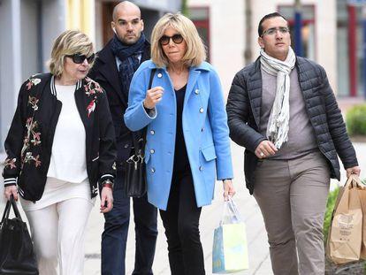 Brigitte Macron y, a la izquierda, Mimi Marchand, en París en abril de 2017.