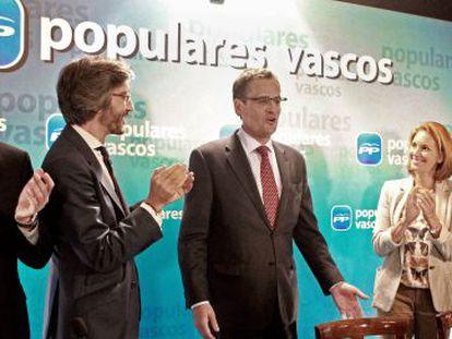 Basagoiti (en el centro) recibe el aplauso de Alfonso Alonso, Iñaki Oyarzábal, Arantza Quiroga y Antón Damborenea (desde la izquierda) al inicio de la Junta Directiva del PP vasco en Bilbao.