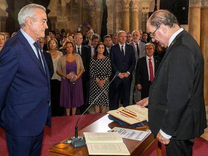 El socialista Javier Lambán, a la derecha, promete su cargo como presidente del Gobierno de Aragón ante el presidente de las Cortes regionales, Javier Sada, este sábado en Zaragoza. En vídeo, el acto oficial.