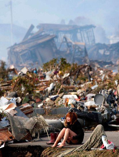 Una mujer llora en medio de la destrucción en la ciudad de Natori, en la prefectura de Miyagi, al norte de Japón.