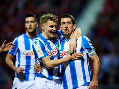 Odegaard celebra con Oyarzabal su gol de penalti.