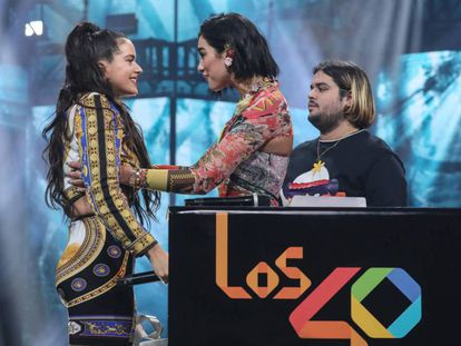 Rosalía, a la izquierda, y Dua Lipa se saludan en la anterior edición de Los 40 Music Awards.