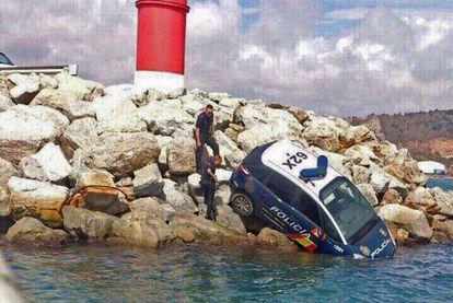 Un coche del Cuerpo Nacional de Policía cayó en el Puerto de Barcelona.