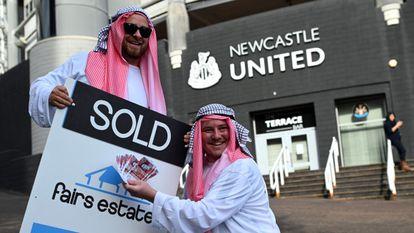 Algunos aficionados del Newcastle protestan por la venta del club a Arabia Saudí.