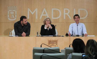 Manuela Carmena, junto a los concejales Nacho Murgui (i) y Pablo Soto comparecen en una imagen de archivo.
