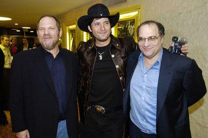 Harvey (izquierda) y Bob Weinstein (derecha) posan junto al director Robert Rodríguez en el estreno de <i>Sin city,</i> el pasado lunes en Hollywood.