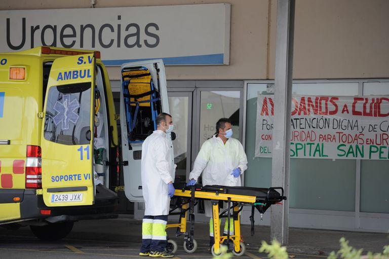 Dos sanitarios se disponen a trasladar a un enfermo a Urgencias del hospital San Pedro de Logroño.