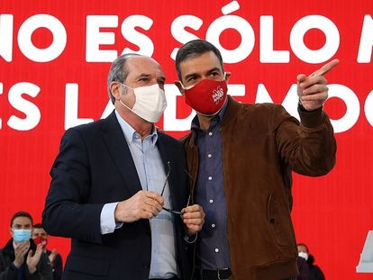 Ángel Gabilondo (izquierda) y Pedro Sánchez, en un mitin este domingo en Getafe.