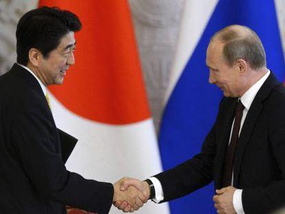 Vládimir Putin (derecha) y Shinzo Abe, hoy en Moscú.