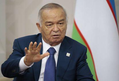El presidente uzbeco, Islam Karimov, durante una conversación con Vladimir Putin en Ufa (Rusia), el 10 de julio de 2015.