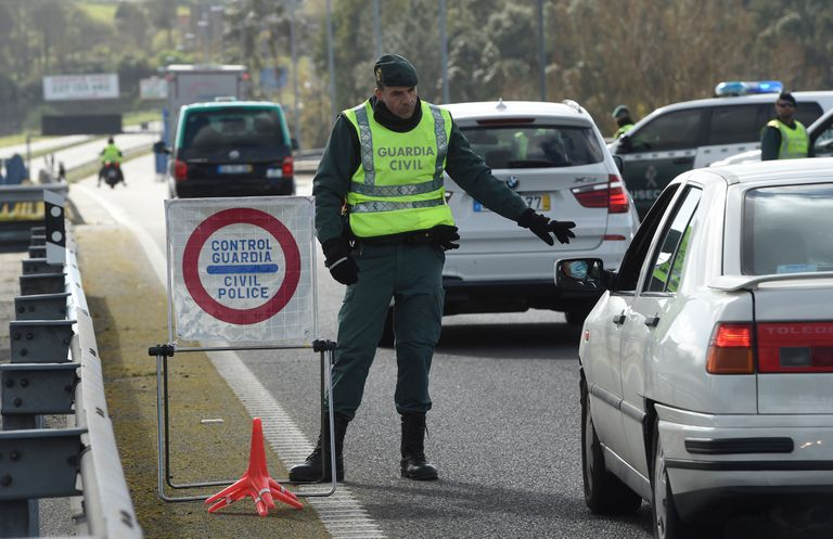 Un guardia civil para un coche en la frontera entre Tui y Valença, este pasado lunes.