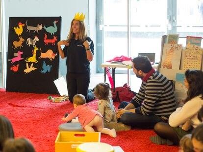 Teresa Corchete, durante uno de los talleres para los más pequeños, llamado 'Ronda de libros', en la Casa del Lector.