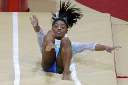 Simone Biles se cae en el ejercicio de potro.