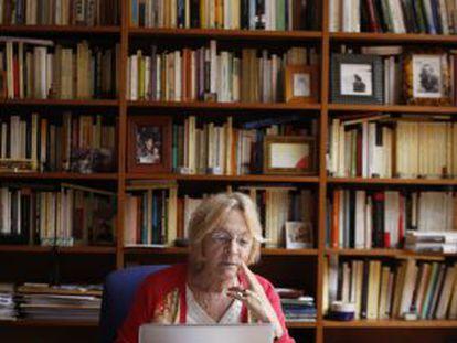 Soledad Puértolas, en el estudio de su casa de Pozuelo de Alarcón.