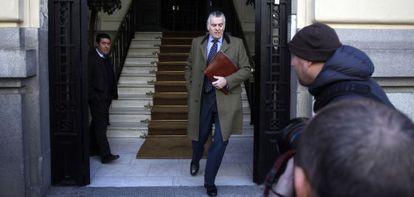 El extesorero del PP Luis Bárcenas sale esta mañana de su casa.