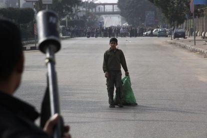 Un niño observa a miembros de las fuerzas de seguridad de Egipto que se disponen a disolver una manifestación de apoyo a Morsi, el viernes.