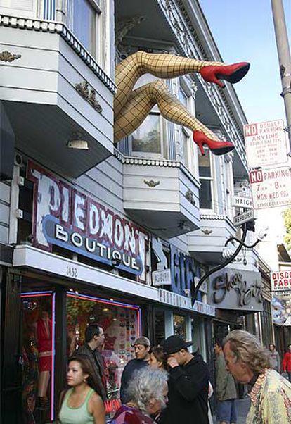 El número 1452 de la calle de Haight de San Francisco, con la tienda de accesorios Piedmont, paraíso de <b><i>drag-queens. </b></i>