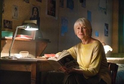 Helen Mirren, en un momento del documental, en la recreación de la habitación de Ana Frank en el Piccolo de Milán.