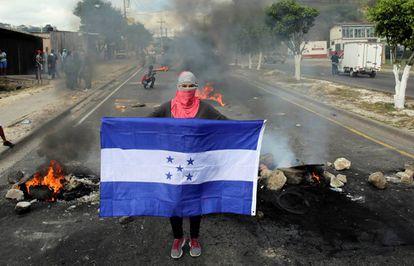 Un manifestante posa con la bandera hondureña hoy en Tegucigalpa