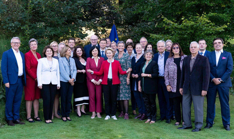 La presidenta de la Comisión, Ursula Von der Leyen (en el centro, con chaqueta roja), junto a sus 26 comisarios en Genval (Bélgica), en 2019.