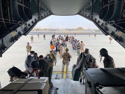 Ciudadanos afganos suben a un avión A400M del Ejército del Aire español durante la evacuación desde el aeropuerto de Kabul, en agosto pasado.