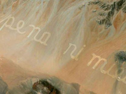 Versos de Raúl Zurita excavados en el desierto de Atacama (Chile).