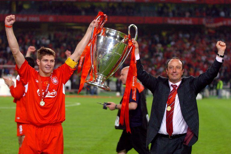 Steven Gerrard (I) y Rafa Benítez, levantan la Copa de Europa en Estambul.