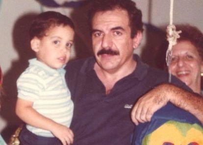 Nayib Bukele, de niño, en brazos de su padre Armando Bukele Kattá.