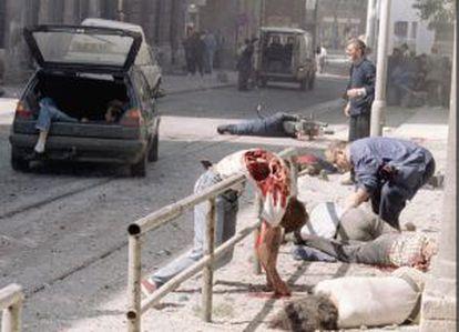 Muertos y heridos yacen mutilados frente al mercado de Sarajevo, en 1995.
