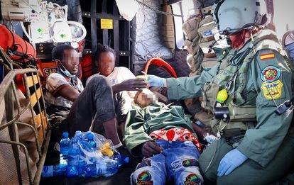 Moussa, sentado, junto a los otros dos supervivientes, minutos después de su rescate, el pasado 26 de abril.