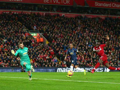 Primer gol del Liverpool al Manchester United, en remate de Sadio Mané.