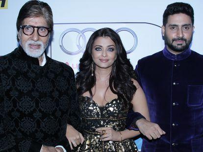 Amitabh Bachchan, su nuera Aishwarya Rai y su hijo Abhishek, en unos premios celebrados en Nueva Delhi en mayo de 2016.