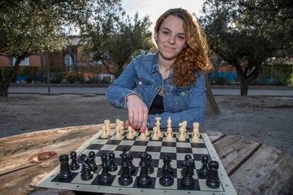 Marta García posa con un tablero de ajedrez en Ontinyent (Valencia).