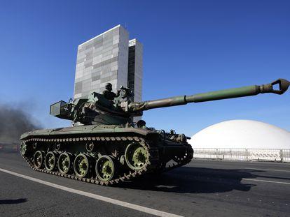 Un tanque de guerra pasa frente al Palacio de Planalto en Brasilia, Brasil, durante un desfile ordenado por Bolsonaro este martes.