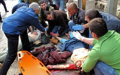 Los servicios sanitarios atienden a víctimas en el lugar del atentado de Jerusalen, junto a una estación de autobuses.