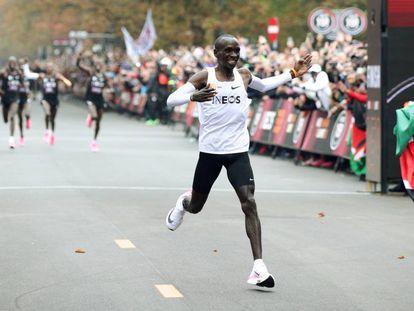 El keniata Eliud Kipchoge cruza la meta de Viena, donde se convirtió en el primer atleta en bajar de dos horas en el maratón.]