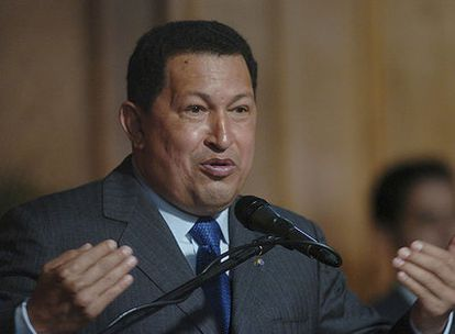 Hugo Chávez se dirige a los periodistas en el palacio presidencial de Miraflores.