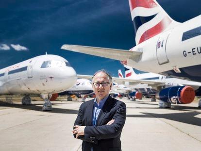 Luis Gallego, consejero delegado de IAG, ante decenas de aviones parados en las instalaciones de La Muñoza, junto al aeropuerto Madrid-Barajas.