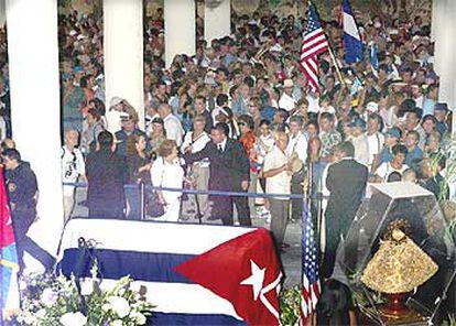 Los admiradores de Celia Cruz se despiden delante del féretro de la cantante, cubierto con la bandera cubana.